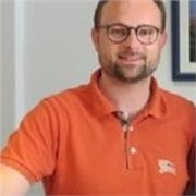 Guide-interprète en poste dans un site internationalement fréquenté