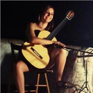 Graduada en guitarra clásica y estudiante de grado en flamencología se ofrece para impartir clases particulares de música