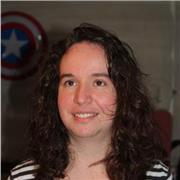 Jeune femme donne cours de soutien scolaire anglais en ligne niveau primaire et collège
