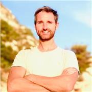 Professeur de yoga originaire d'Ecosse, Royaume-Uni, enseignant des cours privés ou en groupe en anglais ou en français. En studio, à la maison, à l'extérieur ou en ligne (Zoom)