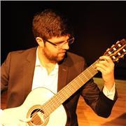 Guitariste professionnel titulaire d'un master d'interprétation et en formation au CA du CNSMDL, donne cours de guitare classique