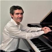 Pianiste concertiste, professeur de piano diplômé et pédagogue expérimenté, donne cours à Paris