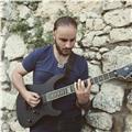Insegnante di chitarra moderna impartisce lezioni di chitarra anche online