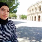 Étudiante étrangère d'origine algérienne, sa langue maternelle est l'arabe