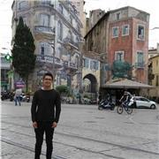 Actuellement, je suis le diplôme universitaire d'études françaises à l'Université Paul Valéry pour améliorer mon niveau de français. Ma langue maternelle est l'espagnol et je parle couramment l'anglais (B2)