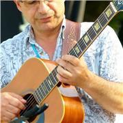Guitariste, et musicien depuis près de 50 ans, passionné par les musiques du monde