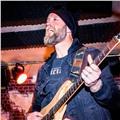Guitarrista profesional con amplia experiencia da clases de guitarra eléctrica en granada