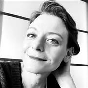 Écrivain dans des revues littéraires passionnée de théâtre donne des cours de français