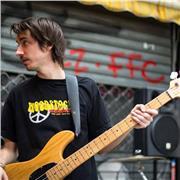 Guitariste/bassiste avec 15 ans de pratique offre cours en déplacement sur la région de Montpellier et environs. Découvre les accords, gammes, l'improvisation et tes morceaux préférés en s'amusant