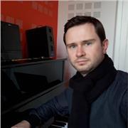 Professeur d'éducation Musicale et chant choral, j'enseigne de manière générale, l'histoire de la musique, l'écriture et la composition musicale, la théorie musicale, le piano