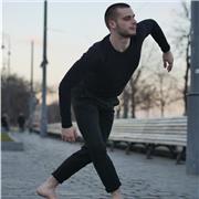 Danseur professionnel propose des cours directement basés Sur le placement et la qualité du mouvement en danse classique. Je ferai de mon mieux pour vous rapprocher des étoiles !